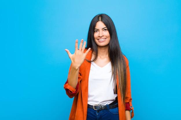 笑顔で親しみやすく、手を前に5番か5番にしてカウントダウン