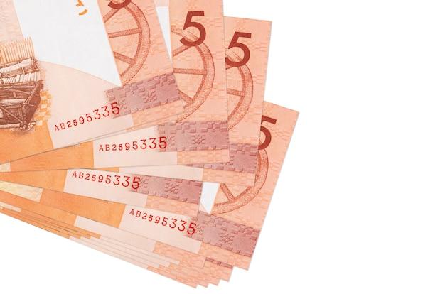 Купюры 5 белорусских рублей лежат в небольшой пачке или пачке, изолированные на белом