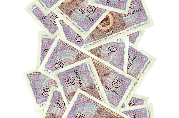 5 китайских юаней, летящие вниз, изолированные на белом. многие банкноты падают с белым пространством для копирования слева и справа