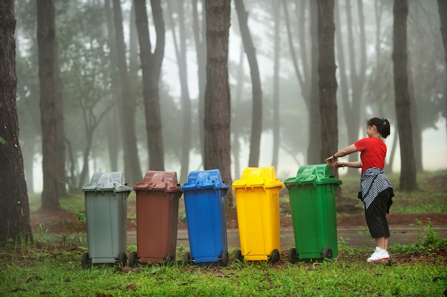 5 colors recycle bins and woman