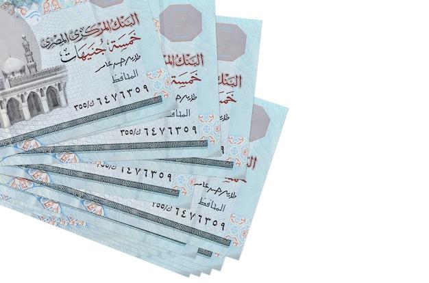 Купюры 5 египетских фунтов лежат в небольшой пачке или пачке, изолированные на белом. концепция бизнеса и обмена валюты