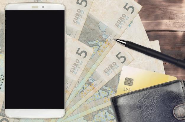 5ユーロ紙幣と財布とクレジットカード付きのスマートフォン