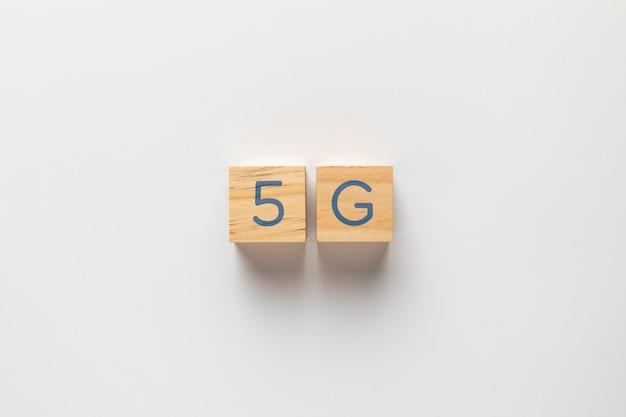 無地の背景に小さなキューブに書かれた5 g
