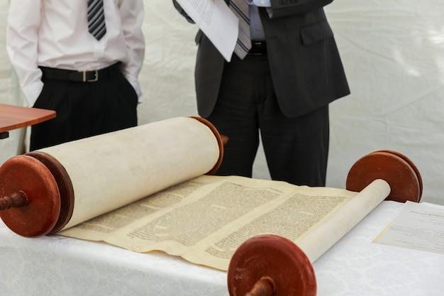 2016年9月5日米国nyバル・ミツワーでユダヤ教の律法を読んでいる少年の手バル・ミツワーの律法を読んでいる