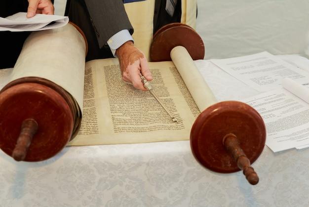 2016年9月5日usany barmitzvahでユダヤ教の律法を読んでいる少年の手barmitzvahtorahの朗読