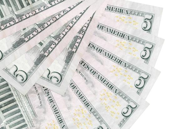 팬 모양에 쌓인 복사 공간이 흰 벽에 고립 된 5 달러 지폐 거짓말을 닫습니다. 금융 거래 개념