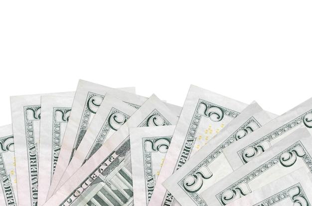 Купюры 5 долларов сша лежат в нижней части экрана на белом фоне с копией пространства