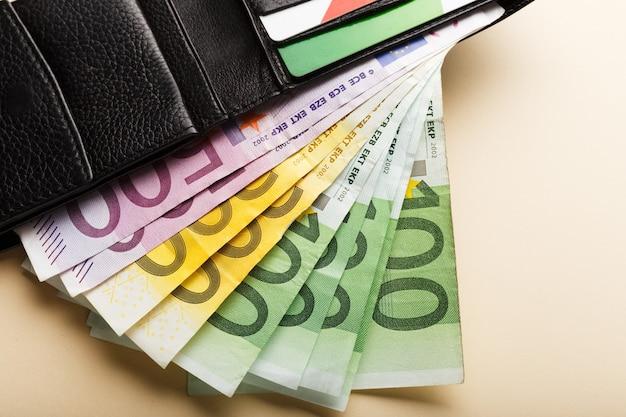 지갑의 베이지 색 배경에 50, 100, 200, 500 유로 지폐. 돈 사업 금융 저축