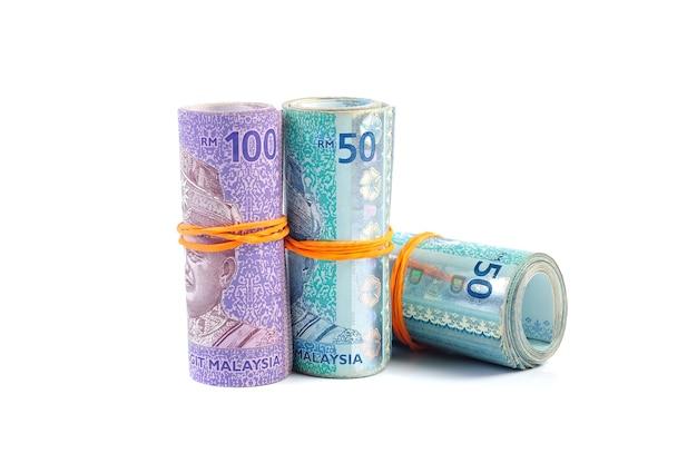 輪ゴムで結ばれた50と100のマレーシアリンギット紙幣