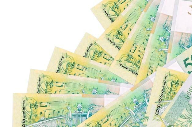 Купюры 50 белорусских рублей лежит в разном порядке, изолированные на белом. местное банковское дело или концепция зарабатывания денег.