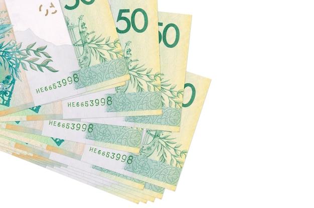 Купюры 50 белорусских рублей лежат в небольшой пачке или пачке, изолированные на белом фоне