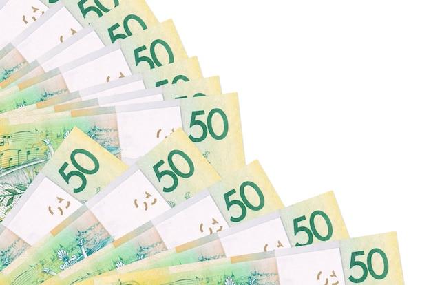 Банкноты 50 белорусских рублей лежат изолированно на белой стене с копией пространства, сложенными в веер крупным планом. понятие времени выплаты жалованья или финансовые операции
