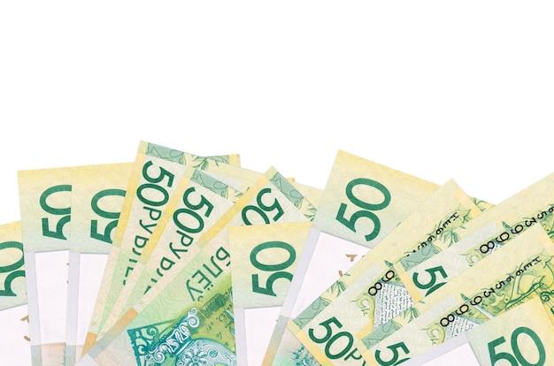 50 belorussian 루블 지폐 복사 공간이 흰 벽에 고립 된 화면의 아래쪽에 놓여 있습니다.