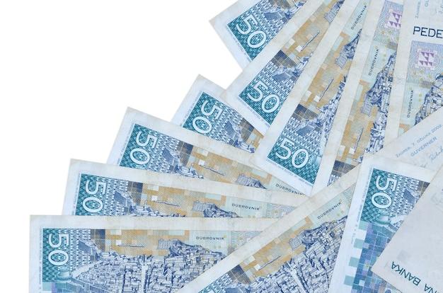 50 купюр хорватской куны лежат в разном порядке, изолированные на белом. местное банковское дело или концепция зарабатывания денег.