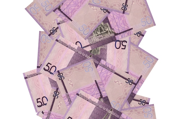 50のドミニカペソ紙幣が白で隔離されて飛んでいます。多くの紙幣が左右に白いコピースペースで落ちています
