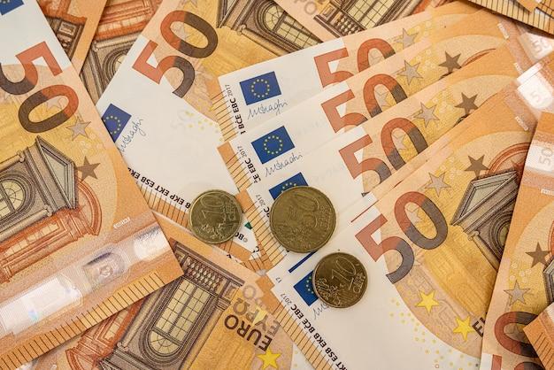背景として50ユーロ紙幣。ファイナンス