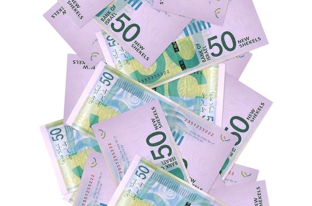 白で隔離されて飛んでいる50のイスラエルの新しいシェケル手形。多くの紙幣が左右に白いコピースペースで落ちています