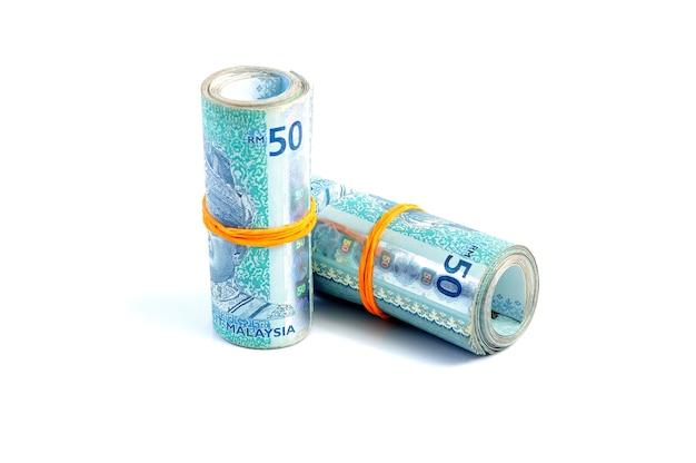 輪ゴムで結ばれた50枚のマレーシアリンギット紙幣
