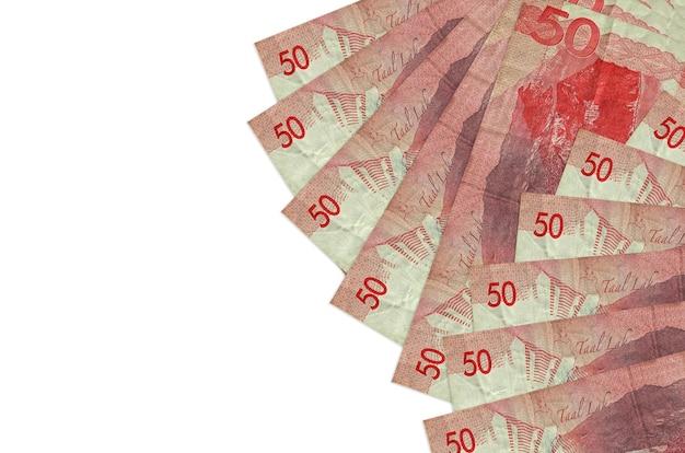 50フィリピンペソの請求書は、コピースペースのある白い壁に隔離されています。豊かな生活の概念的な壁。大量の自国通貨資産