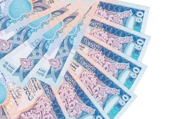Счета за 50 шри-ланкийских рупий лежат изолированно на белой стене с копией пространства, сложенными в форме вентилятора, крупным планом. концепция финансовых операций
