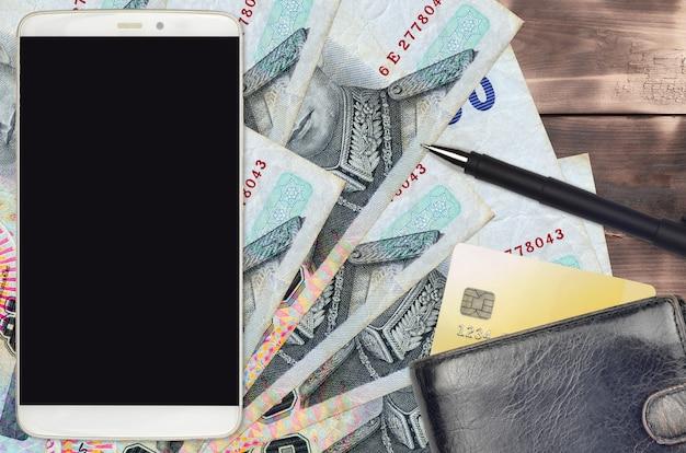 50 태국 바트 지폐와 스마트 폰 (지갑과 신용 카드 포함)