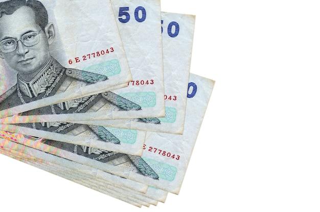 50 태국 바트 지폐는 흰색에 고립 된 작은 무리 또는 팩에 놓여 있습니다.