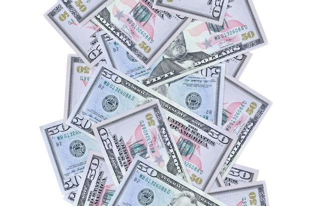 Счета 50 долларов сша, летящие вниз, изолированные на белом