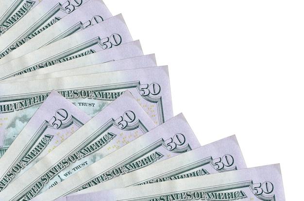 Банкноты 50 долларов сша лежат, изолированные на белой стене с копией пространства, сложенные в вентилятор крупным планом. понятие времени выплаты жалованья или финансовые операции