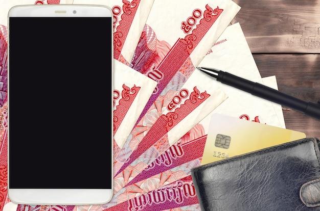 500カンボジアriels法案と財布とクレジットカード付きのスマートフォン