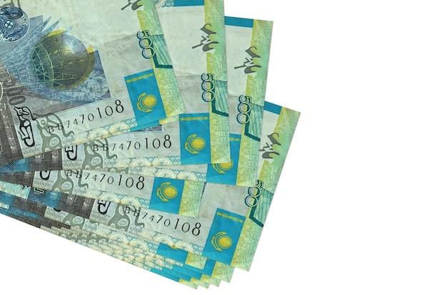 500のカザフスタンテンゲ手形は、白で隔離された小さな束またはパックにあります。 。ビジネスと外貨両替の概念