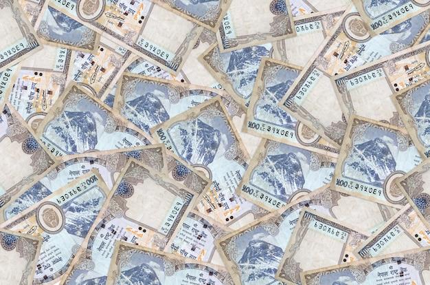 500 네팔 루피 지폐가 큰 더미에 놓여 있습니다. 풍부한 생활 개념 벽. 많은 돈