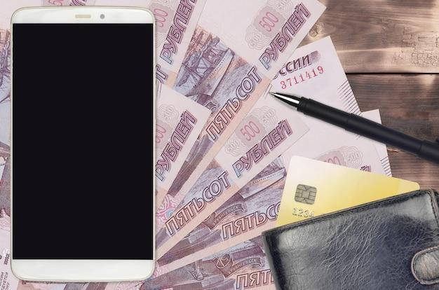 Купюры 500 российских рублей и смартфон с кошельком и кредитной картой. электронные платежи или концепция электронной коммерции. интернет-магазины и бизнес с использованием портативных устройств