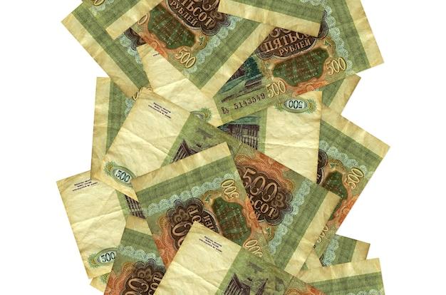 500ロシアルーブル手形が孤立して飛んでいます。多くの紙幣が左右に白いコピースペースで落ちています