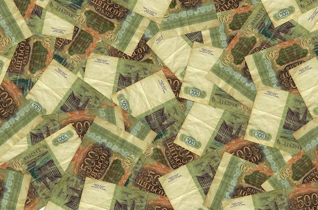 500 루블 지폐가 큰 더미에 있습니다. 풍부한 생활 개념 벽. 많은 돈