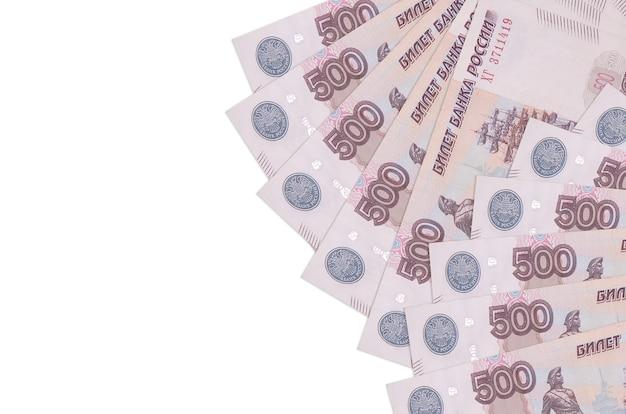 500ルーブル手形は孤立して横たわっています。豊かな生活の概念的な背景。大量の自国通貨資産