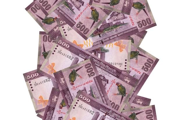 500スリランカルピー手形が白で隔離されて飛んでいます。多くの紙幣が左右に白いコピースペースで落ちています