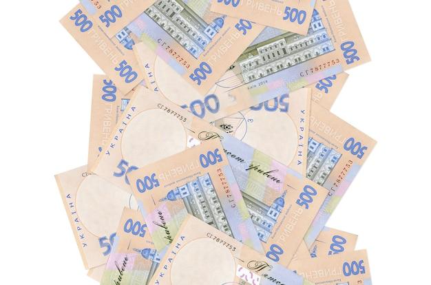 500のウクライナグリブナ手形が白で隔離されて飛んでいます。多くの紙幣が左右に白いコピースペースで落ちています