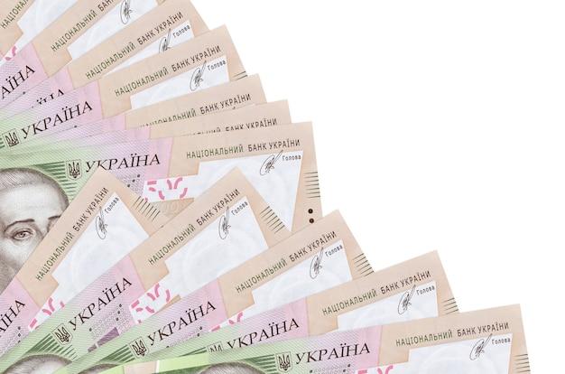 500ウクライナグリブナ手形は、ファンのクローズアップに積み重ねられたコピースペースで白い背景に分離されて横たわっています