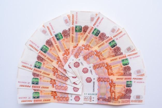 5000ルーブルの請求書。ロシアルーブル5000のロシア紙幣の束がクローズアップ。ロシアの紙幣
