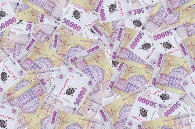 50000 루마니아 레우 지폐는 큰 더미에 놓여 있습니다. 많은 돈
