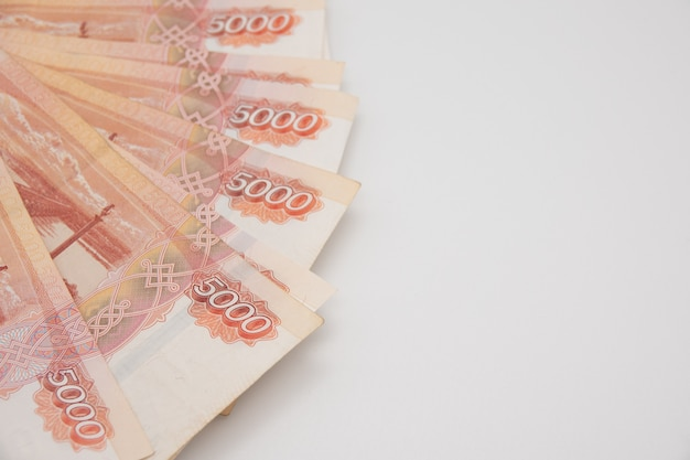 白い背景の上のロシアのお金5000ルーブル