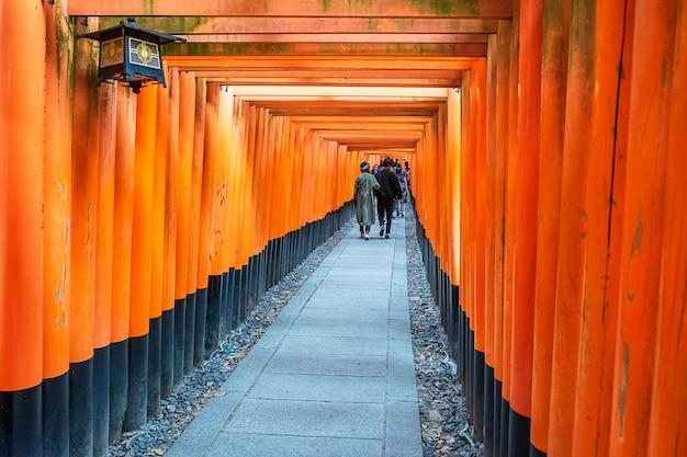 Храм фусими инари-тайша, более 5000 ярких оранжевых ворот тории. это одна из самых популярных святынь в японии. достопримечательности и популярные для туристов достопримечательности в киото. кансай, япония