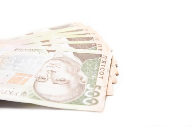 白い背景の上のウクライナのお金。紙幣500グリブナのクローズアップ。危機。ファイナンス