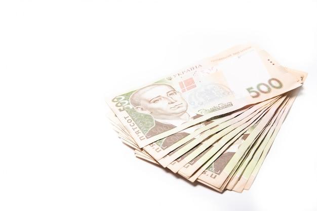 白い背景の上のウクライナのお金。紙幣500グリブナ。ウクライナ。クレジット。危機。ファイナンス。テキストのための場所