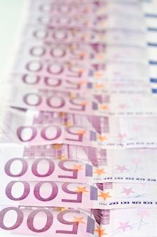 多くの500ユーロ紙幣。