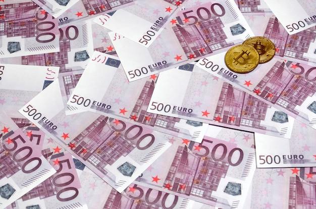 500ユーロ紙幣の山の上のビットコイン