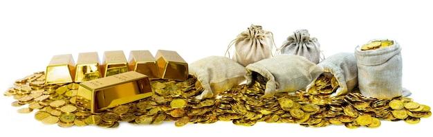 500px идентификатор фотографии: 1025453574 - много складывающихся золотых слитков 1 кг и золотых монет в мешке с сокровищами на белом фоне