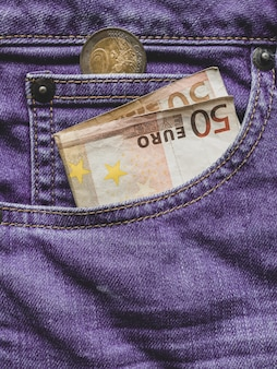 Крупным планом 50 евро банкноты в кармане