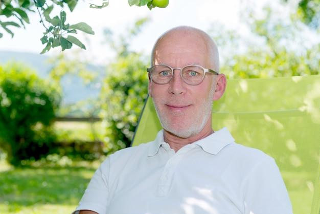 眼鏡のハンサムな55歳の男の肖像