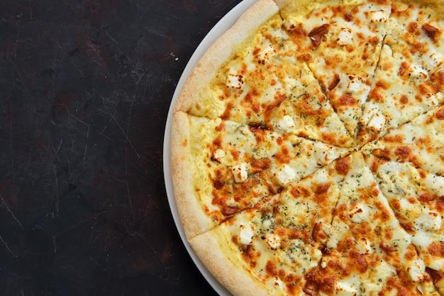 5種類のチーズとピザのクローズアップ表示